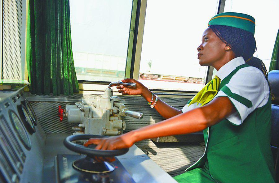 """尼日利亚首位城铁女司机实现""""驾驶梦"""""""