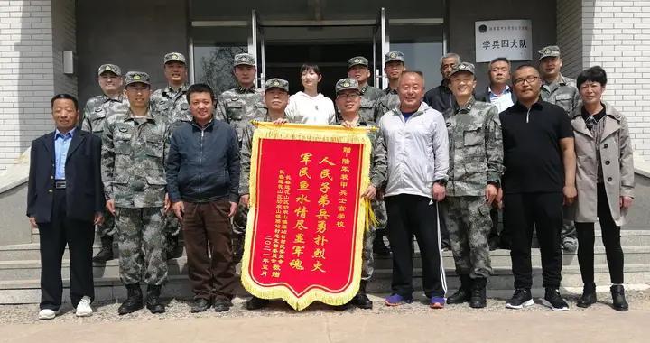 陆军装甲兵学院学员挺身而出救村民