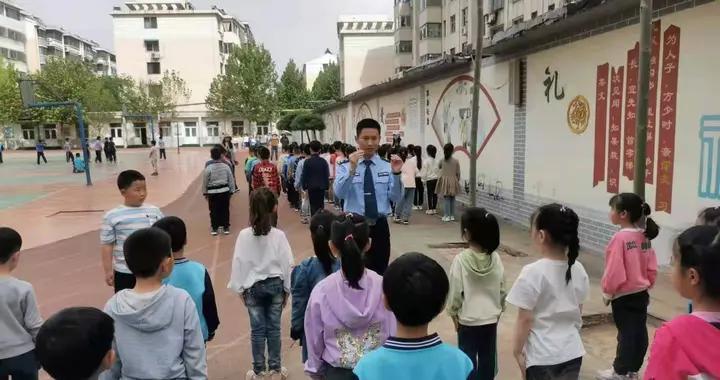 警官当教官 训练效果好——德州监狱为小学生开展队列训练活动