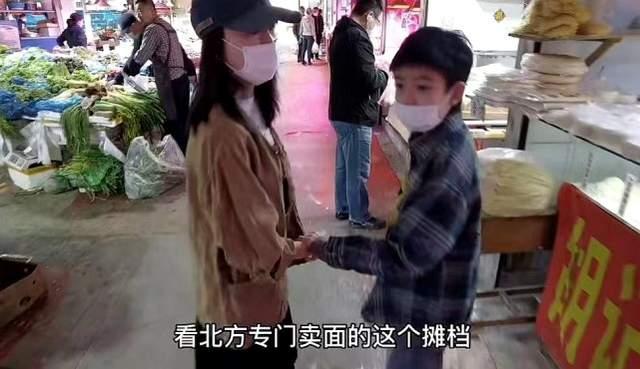 董洁母子俩牵手逛菜场,否认阻止儿子见潘粤明,12岁顶顶颜值J人