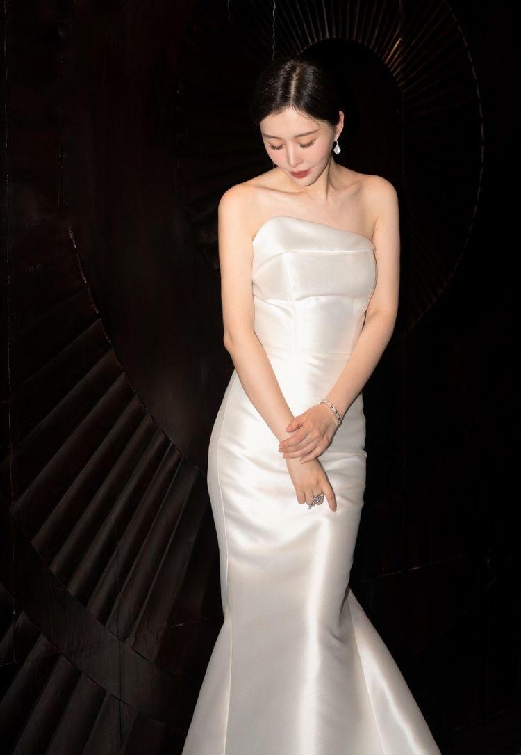 田朴珺贵妇气质外露,穿缎面抹胸裙走红毯真抢镜,曲线不输女明星
