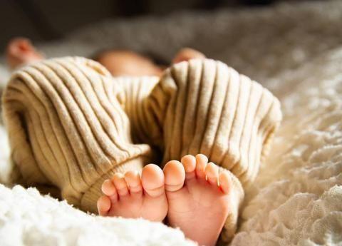 """婴儿蹬腿时,宝妈还觉得""""可爱""""?很可能是宝宝在向妈妈传递信号"""