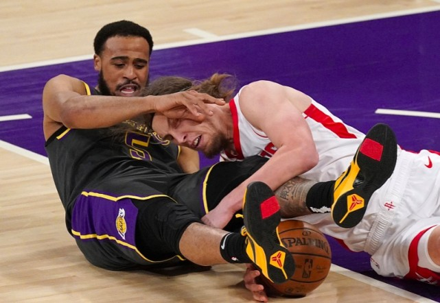 狂轰86分,NBA卫冕冠军创纪录!7人得分上双,詹眉场下乐开花