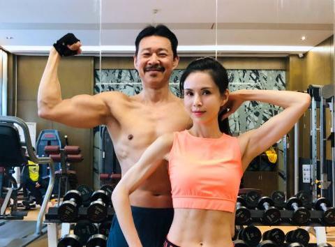 李若彤晒和张丰毅健身照,穿露脐装秀马甲线,65岁张丰毅身材更好