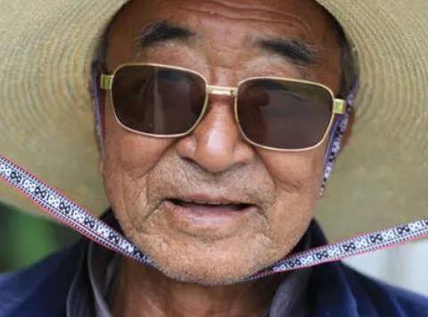 晚上失眠睡不着,86岁爷爷告诉我一个方法,黄花菜配1物轻松解决