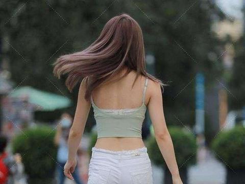 青色气质吊带搭配白色细跟短裤,越来越流行了,满满的温暖感