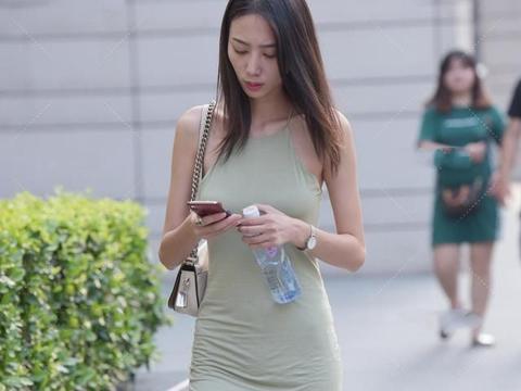 浅青色挂脖长裙,搭配白色高帮帆布鞋,清爽有型,十分别致