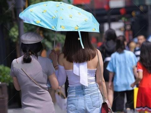 白色性感高跟鞋搭配蓝色怀旧短裤,拉长腿部的比例,显瘦的目的
