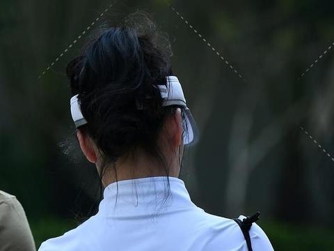 蓝白配色瑜伽套装,轻熟女穿出优雅运动风,靓丽显身材