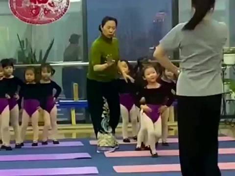 第一个孩子走的特别好,第二个孩子把后面的带偏了