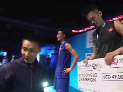 羽毛球:李宗伟为林丹谌龙颁奖,羽坛三巨星同台!