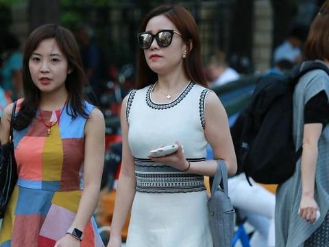 无袖A字裙配高跟鞋既成熟又性感,鲜艳又艳丽