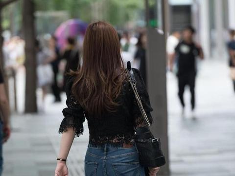 黑色蕾丝上衣搭配牛仔裤,简单搭配穿起来性感有型