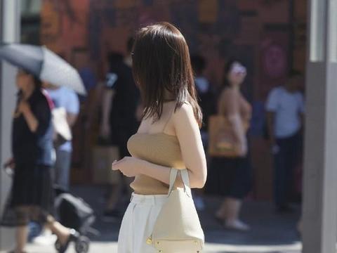 棕色吊带配白色打底裤,优雅的减龄,整体感觉柔和舒适