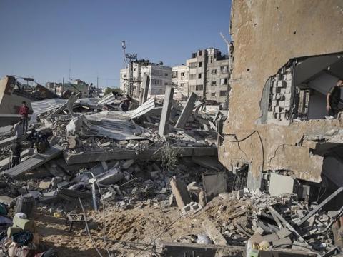 """巴以""""暴力冲突""""第四天,每3分钟一发,民众蜷缩在废墟中哭泣"""
