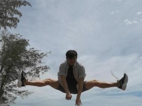 吴奇隆晒空中一字马,50岁身体仍健壮如小伙!