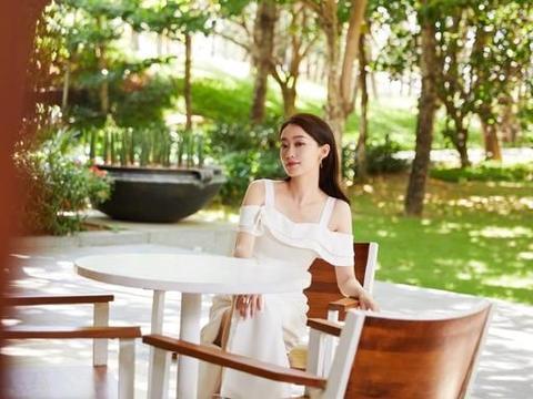 张小斐出席活动造型图,一袭白色露肩长裙,展现自信优雅的状态
