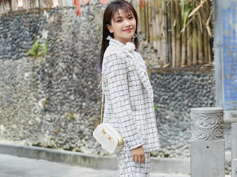 刘涛穿格子西装配运动鞋不够,还剪了空气刘海,阿姨辈赶时髦不易