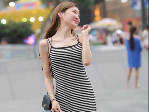 黑色和白色的条纹礼服显得柔和,创造优雅,可爱的魅力