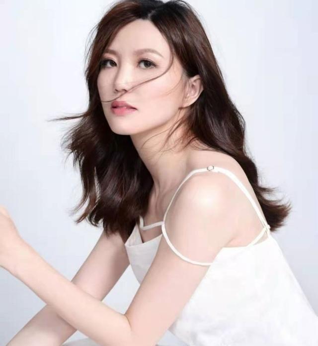 """大怒被重提""""夜场工作"""",香港知名女歌手约网友到TVB当面对质"""