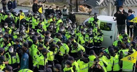 4年任期将结束,文在寅就特赦朴槿惠表态后,韩国人抗议部署萨德