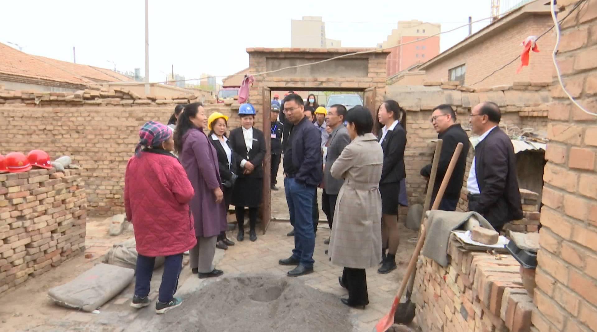 满都拉社区与互联互动单位为低保老人捐款修缮危房