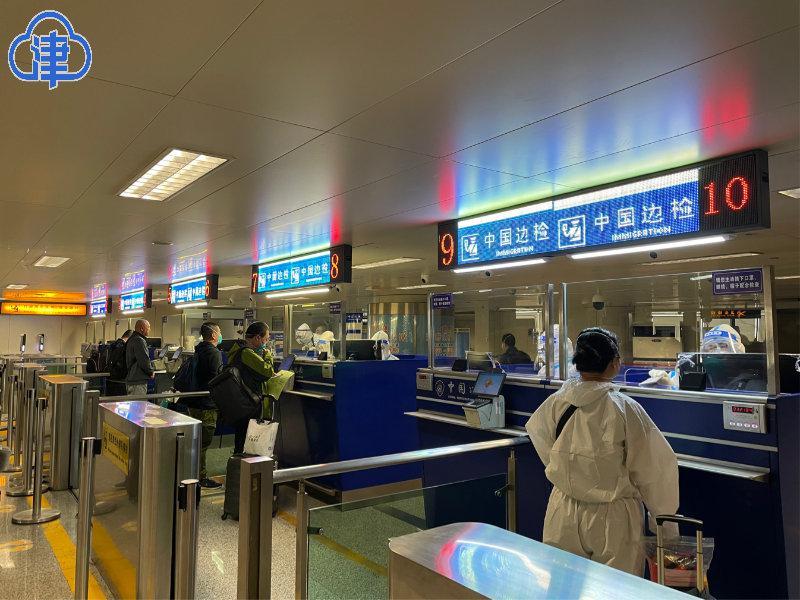 我国援助非洲医疗队由天津入境归国 天津机场边检站全力保障便捷通关