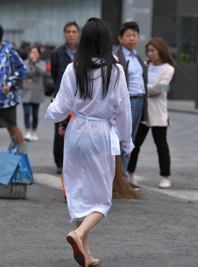 白色透明长款防晒衫搭配高跟鞋,时尚清凉穿搭