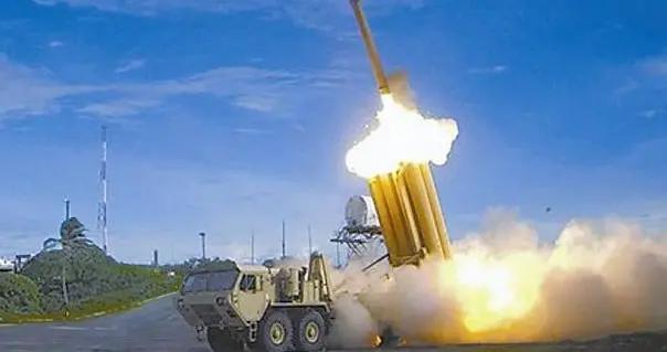 """韩国""""萨德""""基地运入物资 警方和示威团体发生对峙"""
