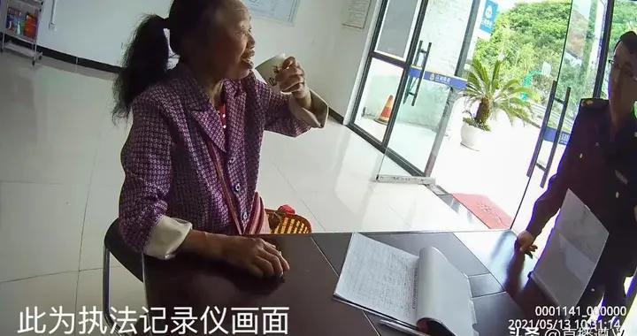 务川路政帮助聋哑老人找到回家的路