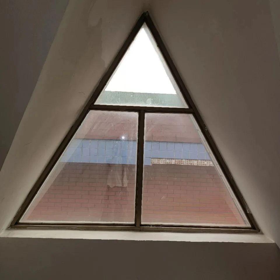 家里顶楼要住人,这样的窗户怎么加窗帘?萧山姑娘求支招,网友却劝她……