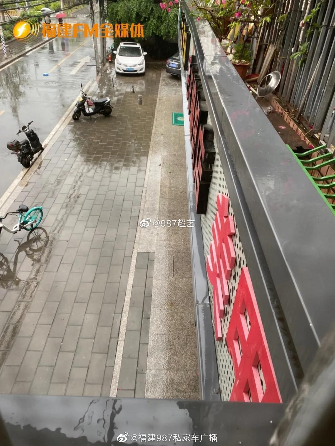 福州一店面招牌上面积水下面漏水 引发居民投诉