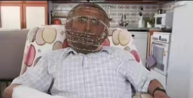 男子为戒烟定制特殊鸟笼式面具,关键是钥匙还在老婆手上