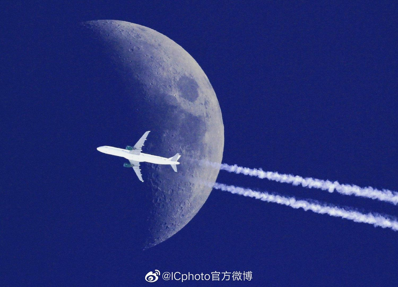 """飞机掠过月球""  Sebastien Lebrigand"