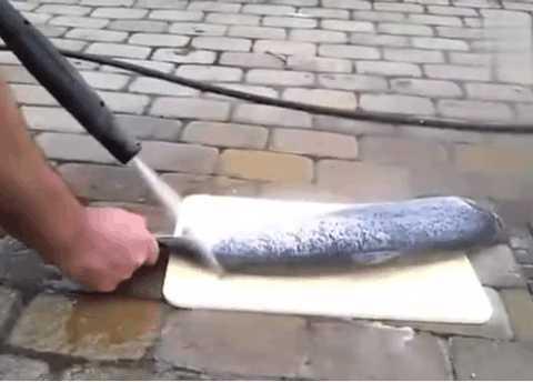 男子尝试用高压水枪冲洗鱼鳞,没想到有这样的效果!