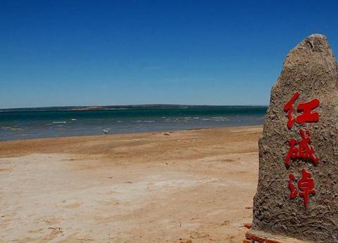 中国第一个沙漠湖,呈三角形状,是国家湿地自然保护区