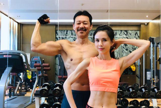 李若彤晒和张丰毅健身照,两人年龄相加120岁,身材保养像小年轻