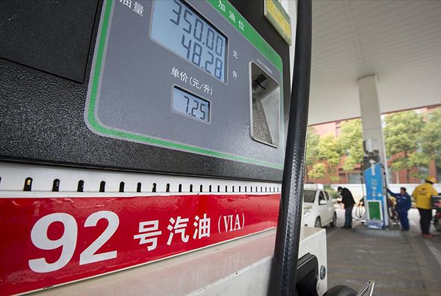 加满一箱油多花4块钱,下班后必须排队去加油吗?一类车友不需要