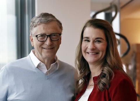 65岁比尔盖茨离婚后首露面,和长女同框对镜甜笑,满面红光显富态