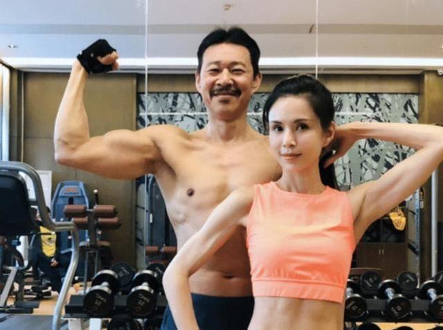 李若彤晒和张丰毅健身合照,大秀腹肌马甲线,两人年龄相加120岁