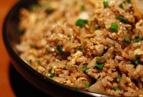 酱油炒饭时,多加1个步骤,米饭粒粒分明,卖相好又入味