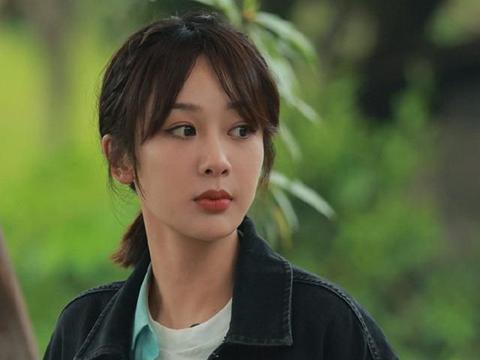 杨紫与张艺兴穿同款睡衣,细品艺兴之后的反应,恋情真假一目了然