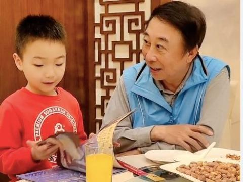 冯巩与孙子一起拍段子,爷俩太像被调侃基因太过强大