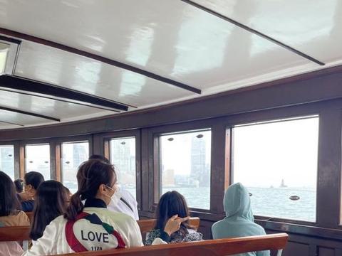 黎姿陪3位女儿搭渡海小轮欣赏维港 女儿们很兴奋被海景吸引了