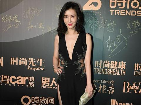 王石小30岁娇妻田朴珺真美,穿黑裙秀腰秀美腿,还是那么年轻漂亮