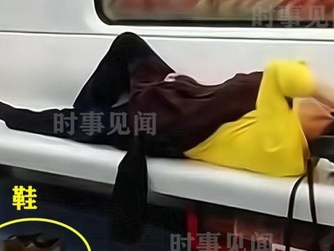 山西一大爷地铁上脱鞋,横躺座椅上撸头发,脚臭味熏走身边乘客