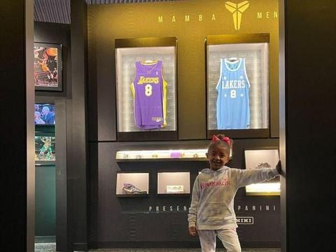 科比篮球名人堂,瓦妮莎带孩子们参观,倚在科比旁边哭泣!