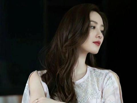 刘诗诗身穿粉色长裙亮相成都受追捧,小狮子:温柔甜美,楚楚动人