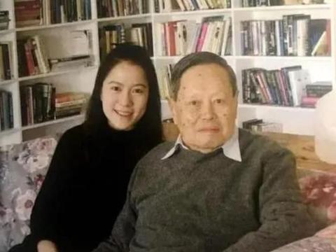 99岁杨振宁出席活动状态好,男方曾直言:翁帆是上帝给我的礼物