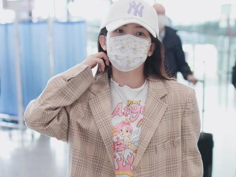 赖美云最新机场私服,格纹西装内搭粉嫩印花T,美少女穿搭模板